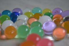 Härliga kulöra runda bollar blir på tabellen royaltyfria foton