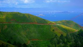 Härliga kullar av Marin Headlands och batteriet parkerar i San Francisco stock video