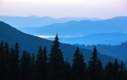 Härliga kullar på soluppgång i de Carpathian bergen Royaltyfri Bild