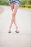 Härliga kvinnaben i skor för hög häl Arkivfoto