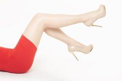 Härliga kvinnaben med skor för höga häl Royaltyfri Fotografi