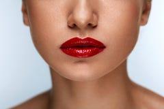 Härliga kvinnakanter för Closeup med röd läppstift på Det purpurfärgade sminket och färgrikt ljust spikar royaltyfria bilder