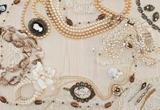 Härliga kvinnliga smycken och billiga prydnadssaker Arkivbild