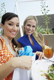 Härliga kvinnliga vänner i utomhus- restaurang Royaltyfria Bilder