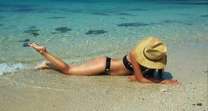 härliga kvinnor för strand Arkivfoton