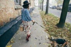 Härliga kvinnor, flicka med en hund Royaltyfri Foto