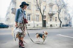 Härliga kvinnor, flicka med en hund Royaltyfri Bild