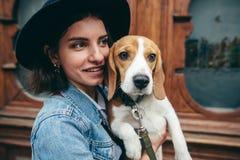 Härliga kvinnor, flicka med en hund Arkivfoto