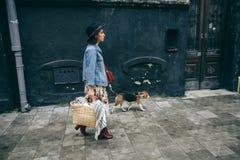 Härliga kvinnor, flicka med en hund Fotografering för Bildbyråer