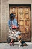 Härliga kvinnor, flicka med en hund Arkivfoton