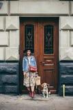 Härliga kvinnor, flicka med en hund Royaltyfria Bilder
