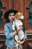 Härliga kvinnor, flicka med en hund Arkivbilder