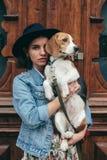 Härliga kvinnor, flicka med en hund Royaltyfri Fotografi