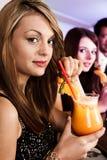 Härliga kvinnor i nattklubb arkivfoton