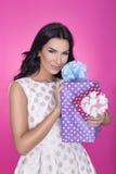 Härliga kvinnor i rosa bakgrund med gåva deltagare Förälskelse gåva Royaltyfria Bilder