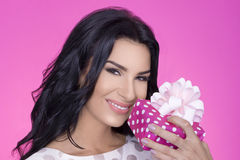Härliga kvinnor i rosa bakgrund med gåva deltagare Förälskelse gåva Arkivbild
