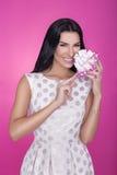 Härliga kvinnor i rosa bakgrund med gåva deltagare Förälskelse gåva Arkivbilder