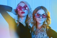 Härliga kvinnor i stjärnaexponeringsglas Royaltyfria Foton