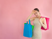 Härliga kvinnor känner sig stressade, når de har shoppat, det asiatiska flickalåset fo royaltyfri foto