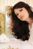 Härliga kvinnor med den guld- snowflaken royaltyfri bild