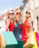 Härliga kvinnor med shoppingpåsar i det ctiy Royaltyfria Bilder