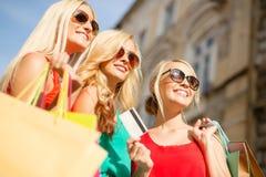 Härliga kvinnor med shoppingpåsar i det ctiy Arkivfoton