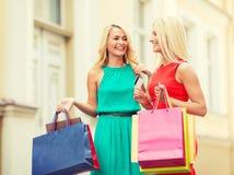 Härliga kvinnor med shoppingpåsar i det ctiy Arkivbilder