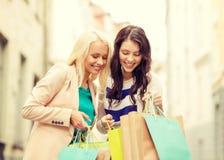 Härliga kvinnor med shoppingpåsar i det ctiy Fotografering för Bildbyråer