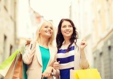 Härliga kvinnor med shoppingpåsar i det ctiy Royaltyfri Foto