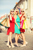 Härliga kvinnor med shoppingpåsar i det ctiy Royaltyfria Foton