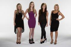 4 härliga kvinnor poserar tillsammans Royaltyfri Bild