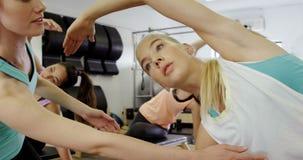 Härliga kvinnor som övar i konditionstudio stock video