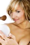 Härliga kvinnor som applicerar makeup arkivbild
