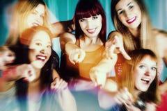 Härliga kvinnor som dansar i klubba Royaltyfri Fotografi
