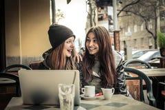 Härliga kvinnor som pratar i en caffè Royaltyfri Fotografi