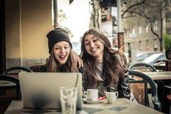 Härliga kvinnor som pratar i en caffè Arkivfoton