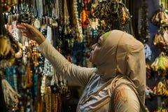 Härliga kvinnor som shoppar för något material Arkivfoton