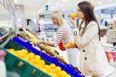 Härliga kvinnor som shoppar grönsaker och frukter Fotografering för Bildbyråer