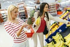 Härliga kvinnor som shoppar grönsaker och frukter Royaltyfri Fotografi