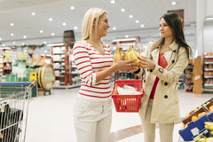 Härliga kvinnor som shoppar grönsaker och frukter Royaltyfri Bild