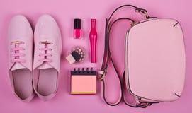 Härliga kvinnors minsta uppsättning av modetillbehör på en rosa bakgrund Fotografering för Bildbyråer