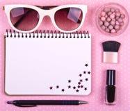 Härliga kvinnors minsta uppsättning av modetillbehör på en rosa prickbakgrund Fotografering för Bildbyråer