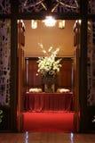 härliga kyrkliga blommor inom bröllop Arkivfoto