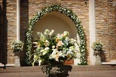 härliga kyrkliga blommor utanför bröllop Royaltyfri Fotografi
