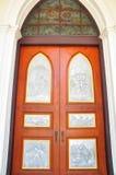 Härliga kyrkliga dörrar i Thailand Royaltyfria Foton