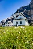 Härliga kyrkliga Santa Crose i italienska dolomites royaltyfria bilder