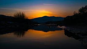 Härliga landskapstenar i bergsjön, reflexion, blå himmel och gult solljus i soluppgång ukraine Fantastisk plats arkivfoto