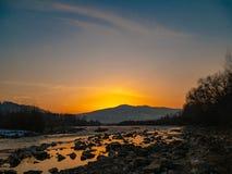 Härliga landskapstenar i bergsjön, reflexion, blå himmel och gult solljus i soluppgång ukraine Fantastisk plats royaltyfria bilder