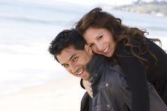 Härliga latinamerikanska par som skrattar och ler Arkivbild