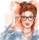 Härliga le rörande exponeringsglas för flicka på vit bakgrund Arkivbilder